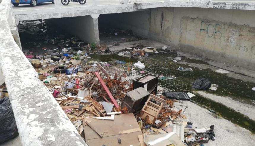 En el arroyo se encuentran desde muebles hasta escombros.