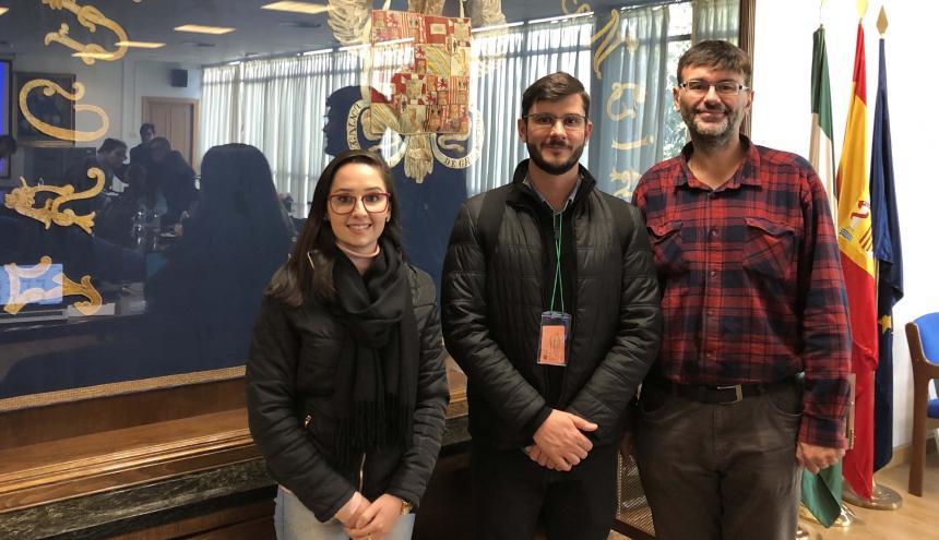 Carolina Darío, estudiante de Maestría en Arquitectura de Imed, junto a los profesores investigadores Marcos Oliveira, de Unicosta, y Diego Pablo Ruiz, de la Universidad de Granada.