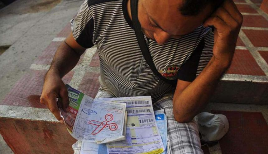 Un usuario revisa las factura de sus servicios.