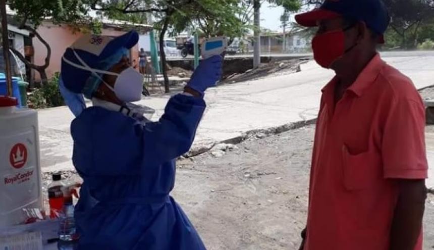 Toma de temperatura en la vía pública de Puebloviejo.