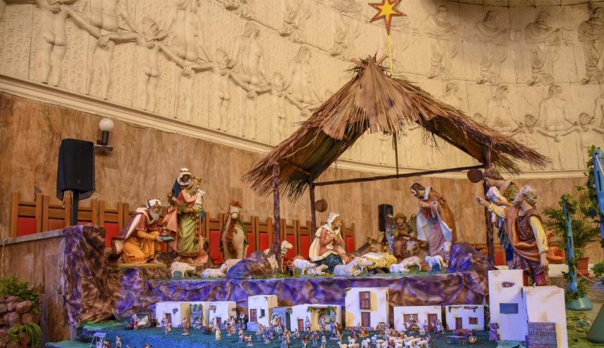 La Catedral metropolitana María Reina tiene el pesebre junto al altar.