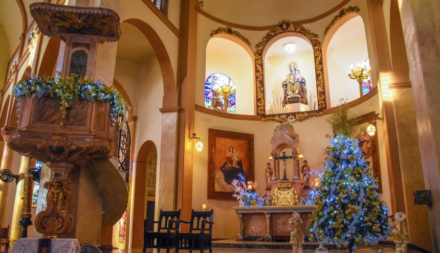 Un gran árbol hace parte de la decoración en la Parroquia Nuestra Señora Del Carmen.