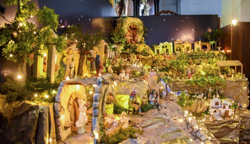 Una larga fila de luces son parte fundamental de los pesebres. Iglesia de la Inmaculada Concepción.