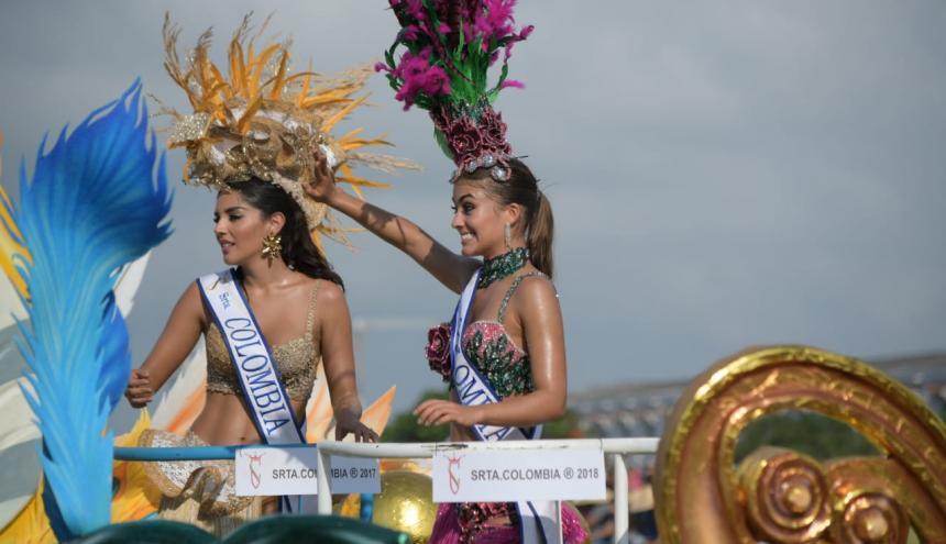 Laura González y Valeria Morales en la carroza en la que desfilaron este jueves en Cartagena.