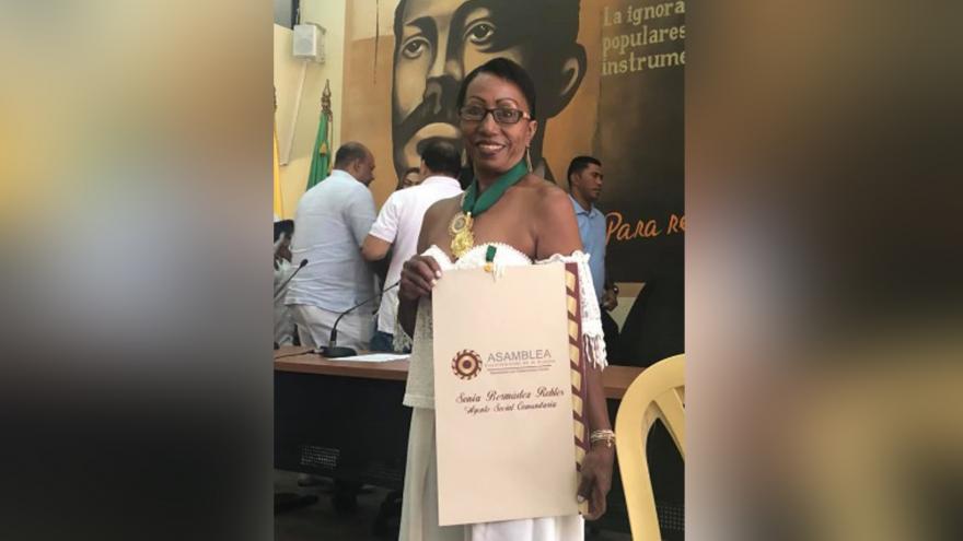 Sonia Bermúdez con un reconocimiento que recibió en la Asamblea de La Guajira.