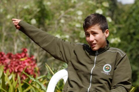 Johan Alexis Ramírez señala la zona en que cayó el avión de LaMia con los  jugadores del Chapecoense. EFE da3878c6a55f7