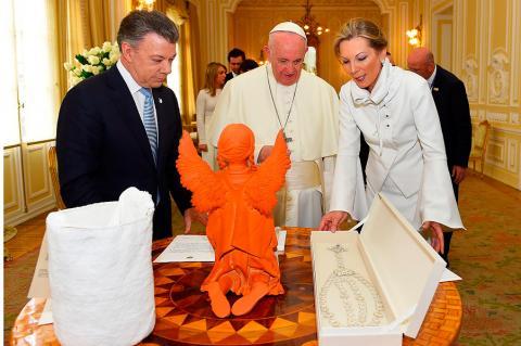 El Papa recibe una mochila arhuaca de la Sierra Nevada y un rosario de  plata con piedra de ónix de parte del presidente Juan Manuel Santos y su  esposa María ... cc0ddb7c034