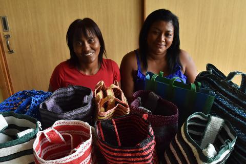 Ana Isabel Arroyo, presidente de Asoartesanas y Claudia Valencia, una de las tejedoras, posan junto a las ecomochilas que han creado.