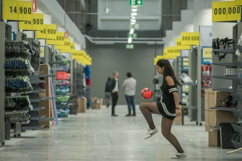 Una de las colaboradoras de la tienda en Bogotá exhibe su dominio de balón.  Cortesía 906f8efe87649
