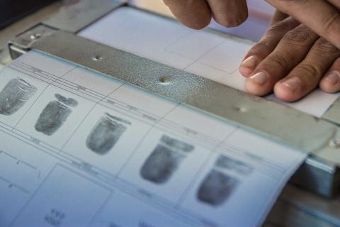 Ciudadano registra sus huellas dactilares.