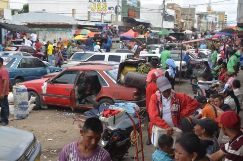 c4588e1c3 En el mercado de Maicao es común ver a venezolanos ofreciendo mercancía de  su país. Héctor Palacio