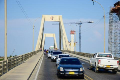 Vehículos transitan por el Puente Pumarejo para ingresar y salir del Atlántico.