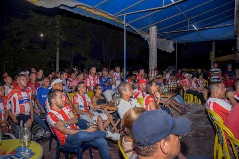 Decenas de hinchas observan el partido en medio de la tristeza por el empate del partido.