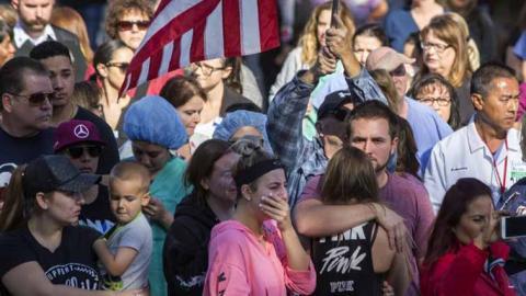 Familiares y amigos de víctimas del ataque armado de este viernes en California se abrazan mientras aguardan noticias de las autoridades.