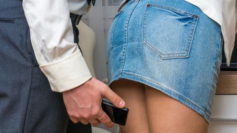 861d08ffb Tomar fotos bajo la falda de una mujer ya es un delito en Reino ...