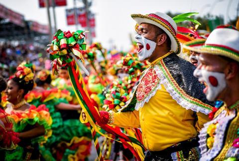 Un hombre de la Danza del Garabato grita durante el desfile de la Batalla de Flores, ayer en la Vía 40.