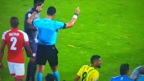 Wilmar Roldán hace gesto de VAR en juego de Liga Águila