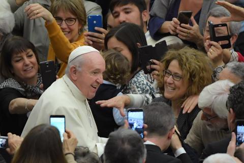 Papa Francisco pide a jóvenes no ser esclavos de celulares