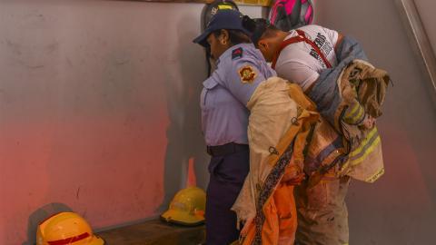 Dos socorristas se ponen los implementos para salir a atender una eventualidad con las lluvias.