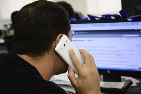 0256404e1ad Un usuario de una compañía de telefonía móvil realiza una llamada. Archivo