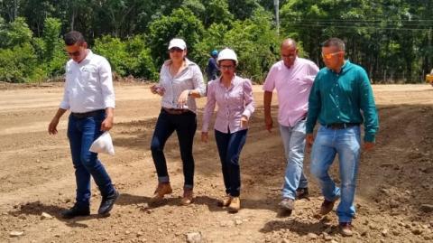 La Secretaria de Infraestructura de la Gobernación de Córdoba, Eliana Uparela, en el recorrido de las obras en el Puente de Valencia.