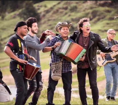Sebastián Yatra, Egidio Cuadrado, Carlos Vives y otros musicos durante la grabación.