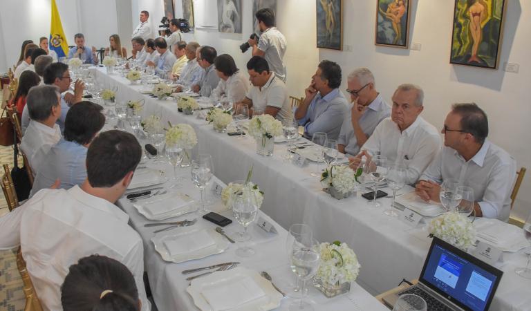 Empresarios y funcionarios presentes en el encuentro en el segundo piso de la Biblioteca Piloto del Caribe.