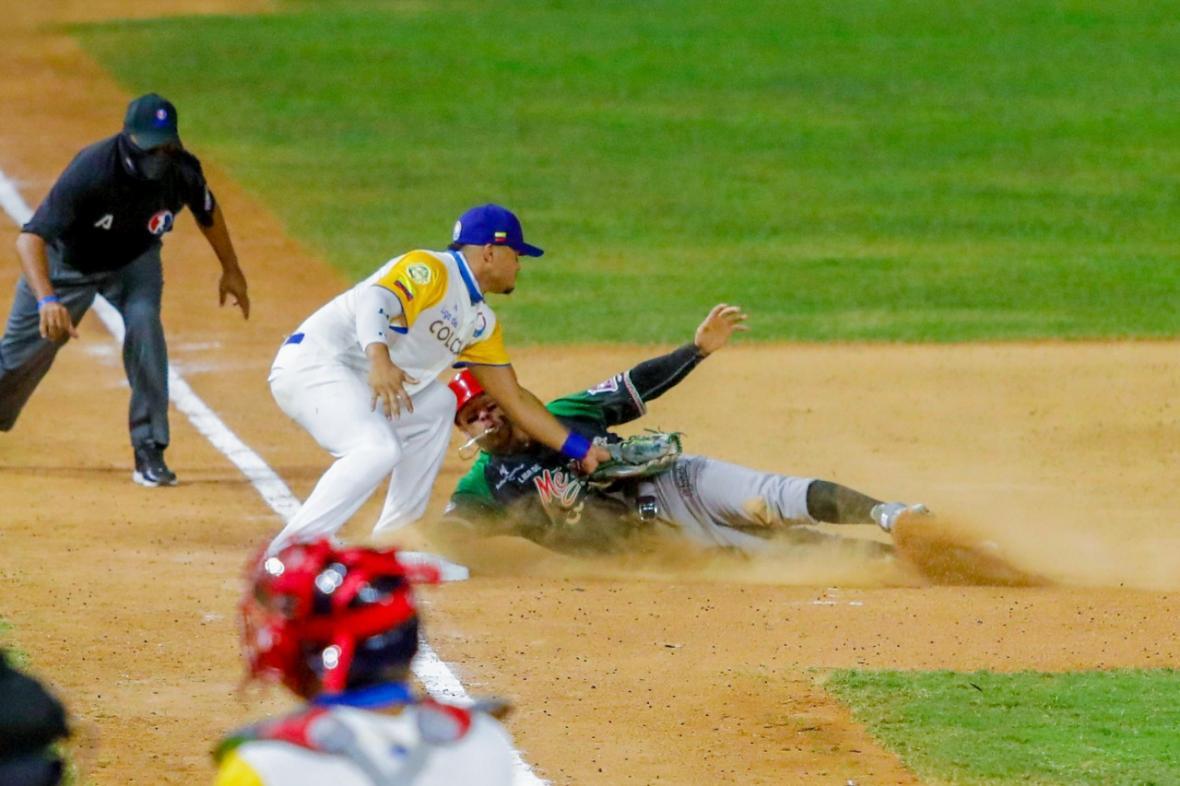 Jordan Díaz, tercera base de Colombia, pone out a un corredor mexicano.
