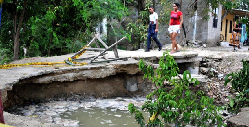Puente peatonal de Villa Katanga se cae por colapso de alcantarillas ...