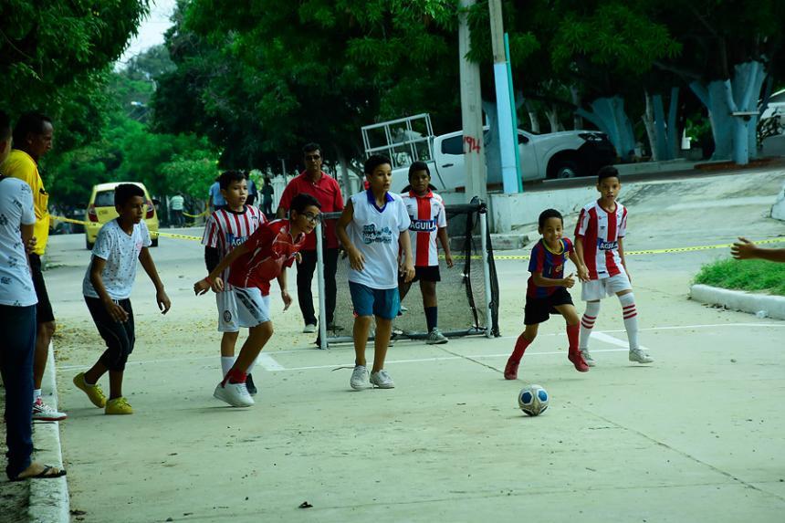 Devotos del fútbol en el barrio La Alboraya - El Heraldo (Colombia)