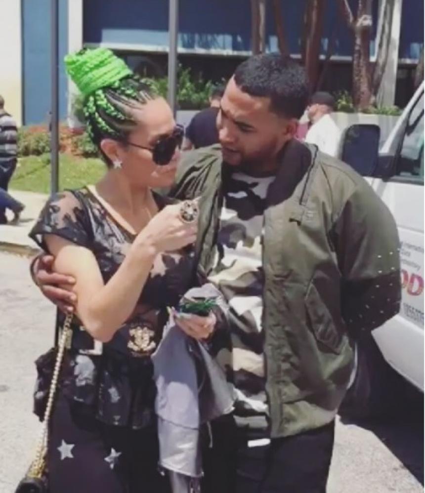 Ivy Queen le roba un beso a Don Omar en tarima