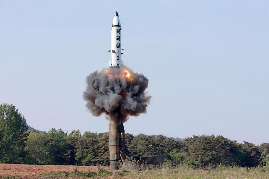 Corea del Norte dispara misil a agua de zona económica de…