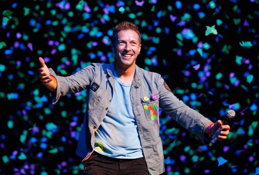 Vocalista de Coldplay canta y baila