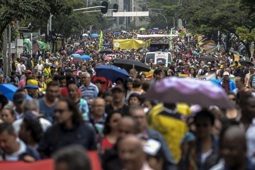 Maestros públicos levantan huelga de un mes en Colombia