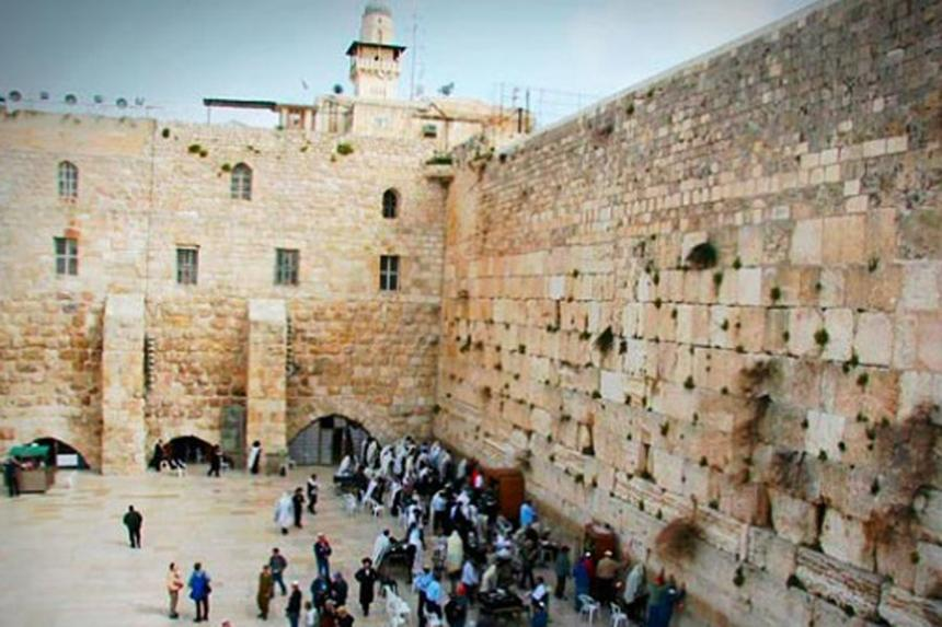 Mujer camina desnuda en el Muro de los Lamentos — Israel
