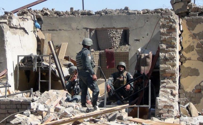 Mueren cinco policías en ataque con coche bomba en Afganistán