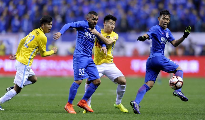 Luego de pegarle a Riquelme, Tevez empató con el Shanghai Shenhua