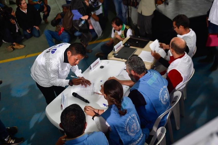Las FARC concluyen histórica entrega de armas a la ONU — Colombia