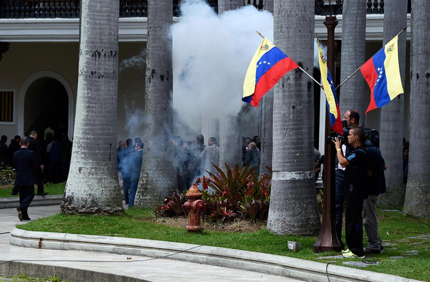Parlamento de Venezuela es evacuado tras nueve horas de asedio de chavistas