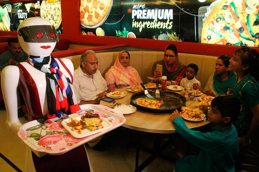 Una pizzería reemplazó a meseros por robots
