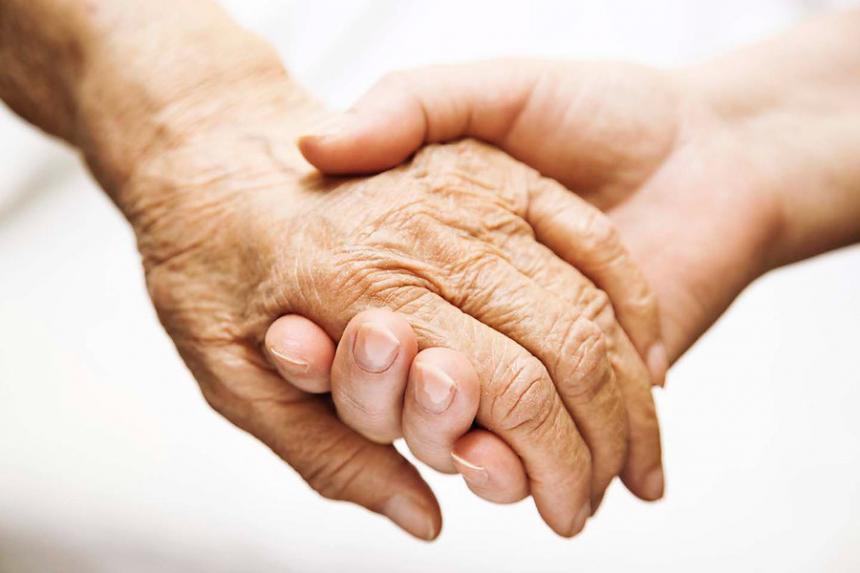 Santos sancionó ley que penaliza el maltrato contra los adultos mayores