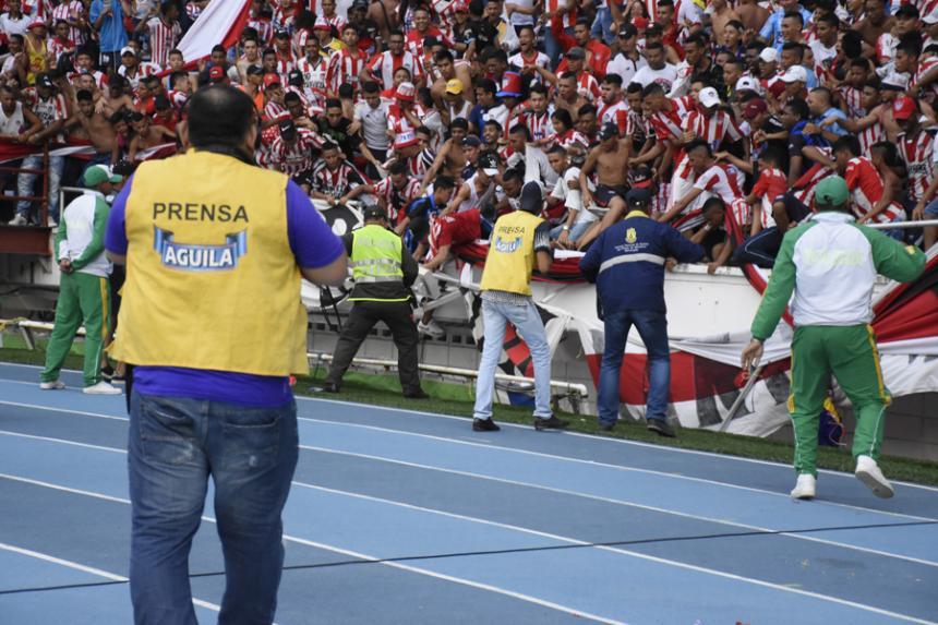 Aficionados terminan heridos al caer de estadio en Colombia