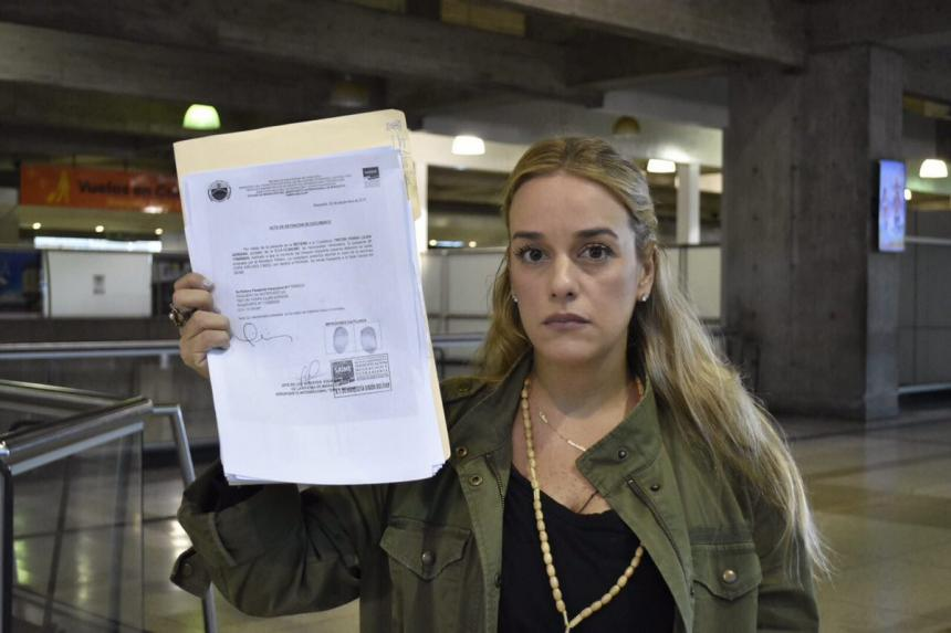 Venezuela prohibió salida de Lilian Tintori y retuvo su pasaporte