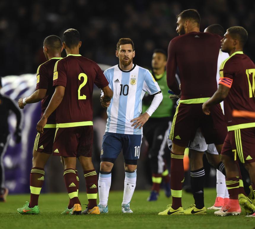 Venezuela sacó un agónico empate y complica las cosas a Argentina