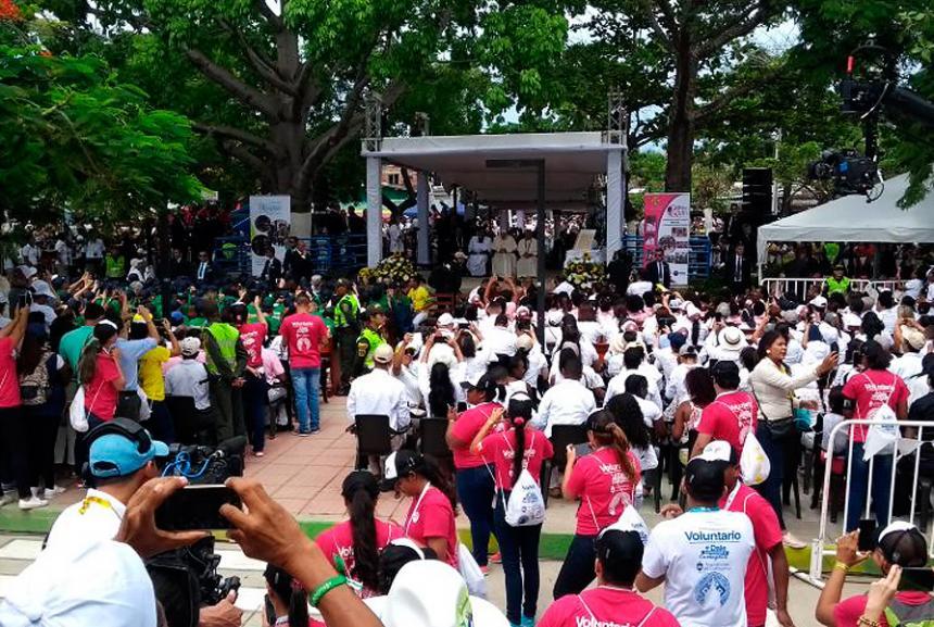 Medellín se entrega al papa; pide orar por quienes destruyeron a jóvenes