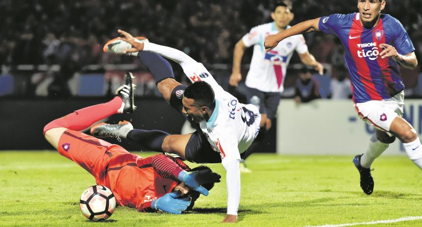 Acción de la falta que le cometió el cancerbero Anthony Silva a Sánchez. Era penal claro. El árbitro Ricardo Marques no lo sancionó. AFP