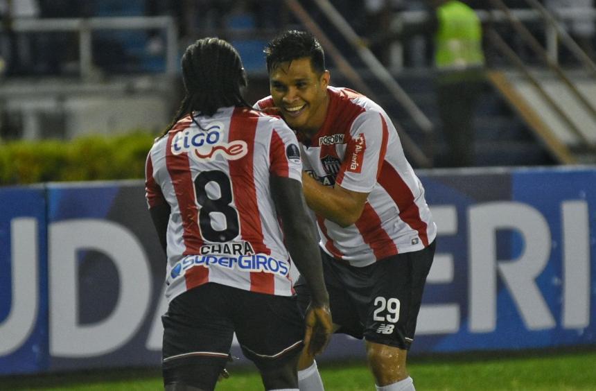 Yimmi Chará (8) festeja con Teófilo Gutiérrez su tanto. Hansel Vásquez