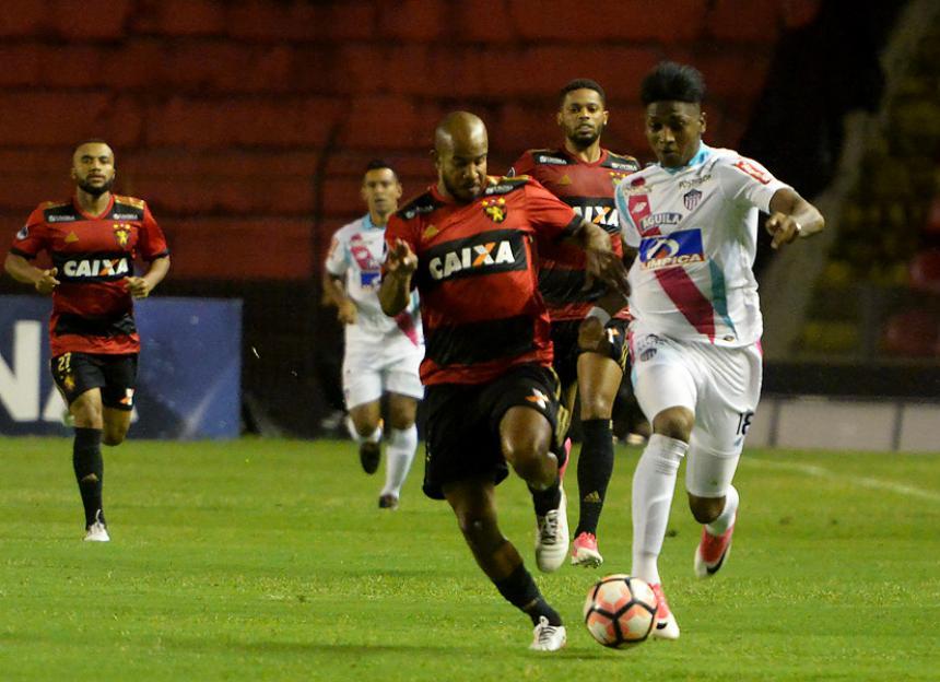 Yony Gonzalez Durante Una Jugada En El Encuentro Ante Sport Recife Afp