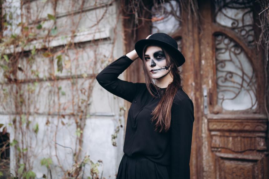 758953499 Maquillaje de 'muerte' para la noche del 31 de octubre. Shutterstock