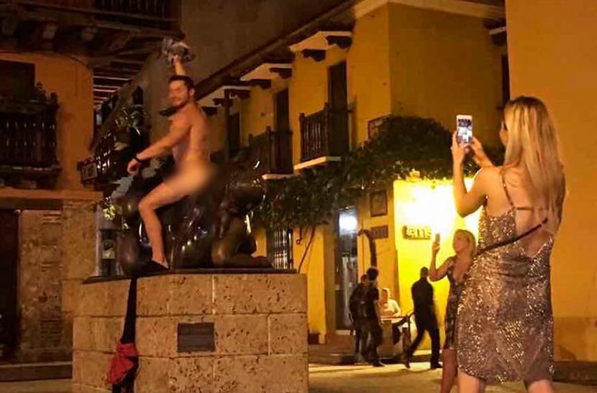 Indignación por foto de turista posando desnudo en monumento de Cartagena